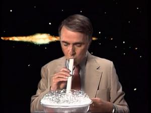 کارل سیگن در نمایی از مستند Cosmos